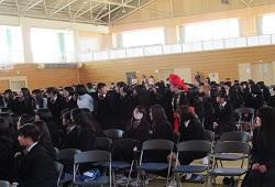 アンコールの時肩を組んで合唱する生徒たち