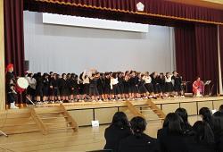 アンコールの時、ステージで出演者と肩を組んで合唱する生徒たち